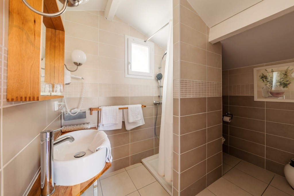 salle de bain d'une chambre confort au domaine du prieure