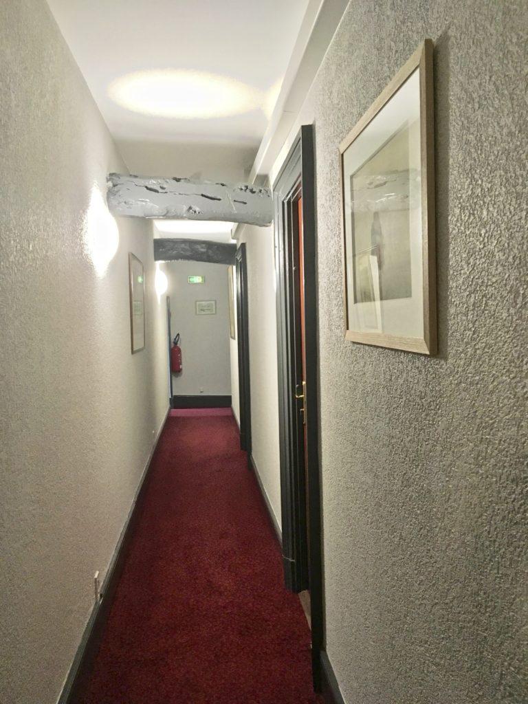 couloir de l'hôtel au premier étage face à la chambre 5