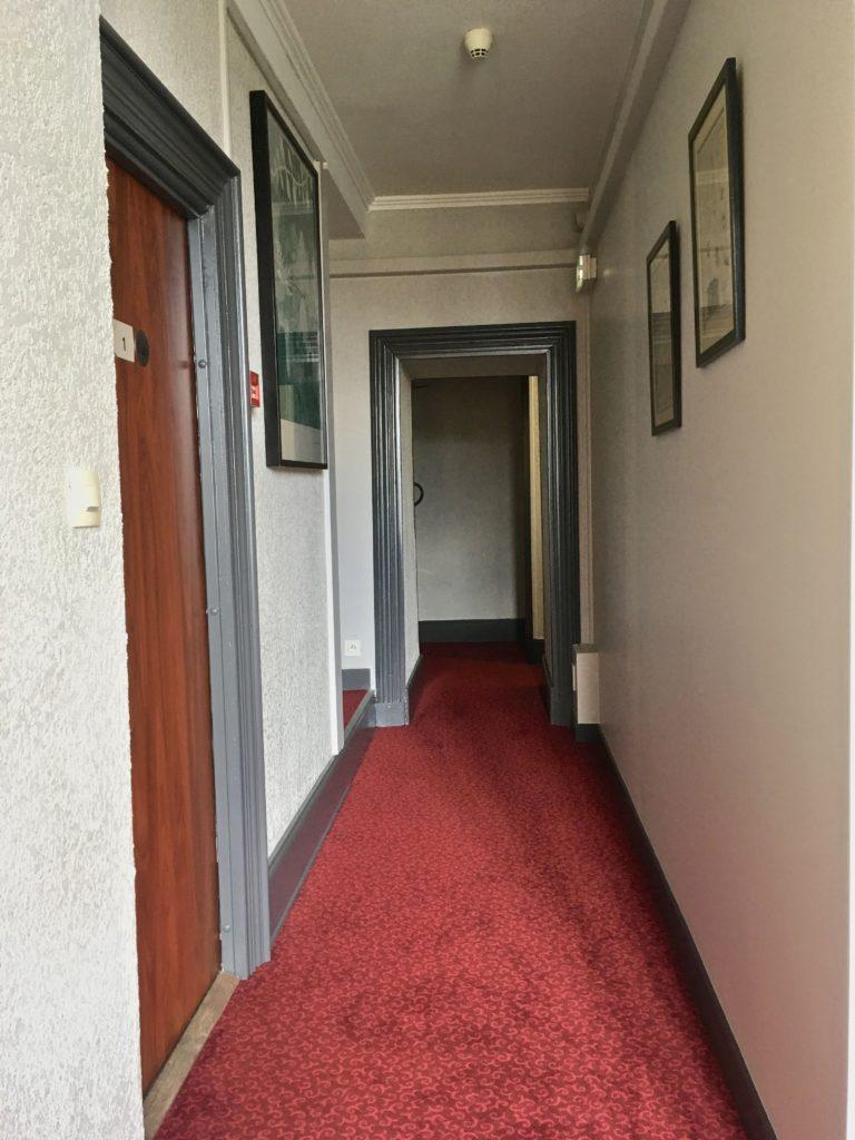 nouvelles peintures et moquetes de couloirs de l'hôtel