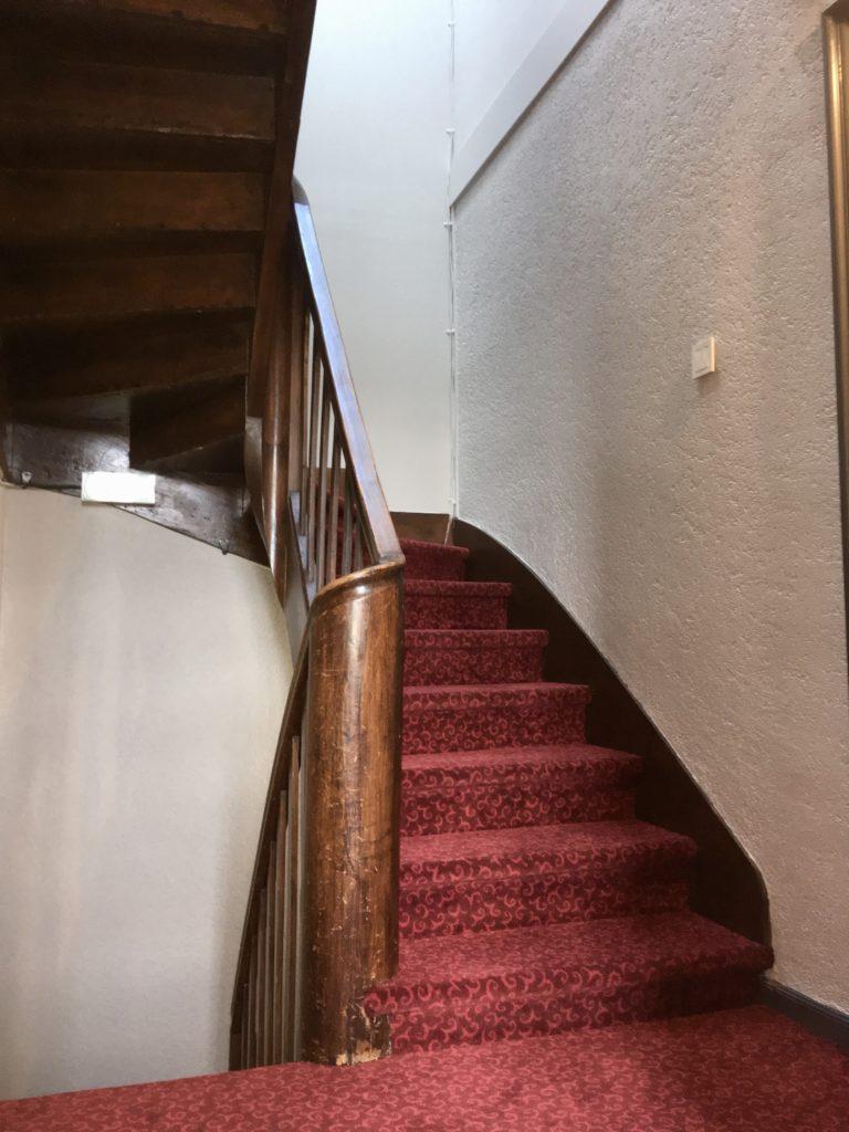 escaliers d'accès au chambres depuis le salon de musique